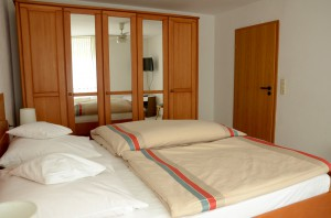 Doppelbett und Schrank in Zimmer 2
